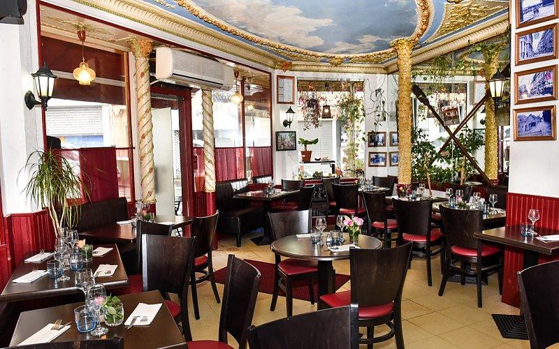Restaurant avec une salle chaleureuse dans un ancien décor de patisserie